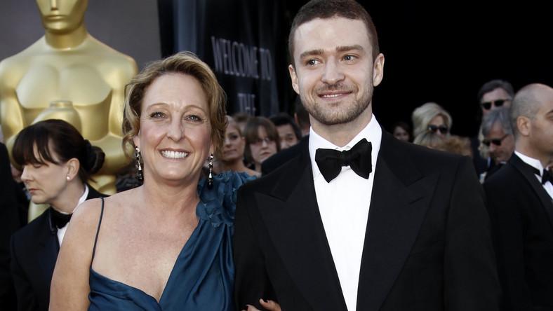 """Justin Timberlake jest bardzo mocno związany z matką. To ona zrobiła z niego gwiazdę –najpierw programu """"Klub Myszki Miki"""", potem boysbandu 'N Sync i bardzo mądrze poprowadziła całą karierę jedynego potomka. Amerykańskie media nie mająjednak o Lynn Harless dobrego zdania, pisząc, że przypomina wiele hollywoodzkich rodzicielek, które próbowały zrobić karierę kosztem dzieci. I że odgrywa w życiu dorosłego syna zbyt dużą rolę. – Matka musi zaakceptować każdą dziewczynę. A on bardzo liczy się z jej zdaniem –pisał """"US Weekly"""", zarzucając pani Harless, że doprowadziła do rozpadu kolejnych związków Justina (m.in. z Britney Spears i Cameron Diaz). A i żona gwiazdora Jessica Biel ponoćnie ma z teściową łatwego życia…"""