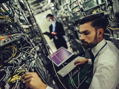 Niewystarczająca liczba chętnych do studiowania informatyki, niskie kompetencje cyfrowe młodzieży - to złe zwiastuny przyszłości branży IT w Polsce. Specjalistów potrzebuje nie tylko sektor IT
