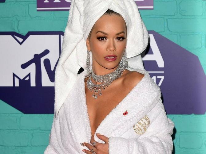 Bademantil je bio uvod: Pogledajte šta je SLEDEĆE obukla Rita!