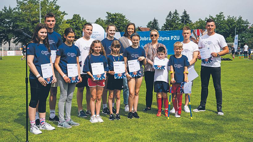 Beata-Kozłowska-Chyła wraz z młodymi sportowcami powołanymi do Dobrej Drużyny PZU w Centrum Sportu Raszyn