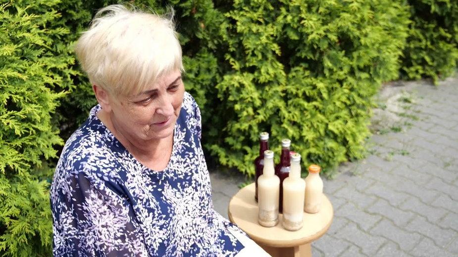Kobieta sprzedaje własnego wyrobu żurek, by wspomóc chorego syna