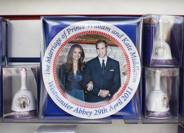 Pamiątkowy talerz przygotowany z okazji ślubu księcia Williama i Kate Middleton na wystawie w sklepie w Londynie, Wielka Brytania.