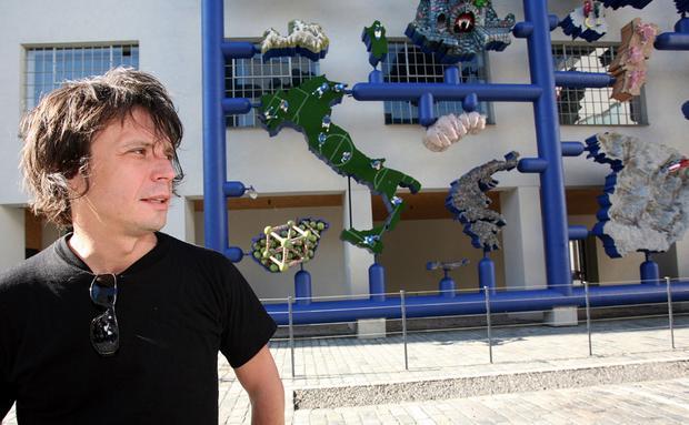 David Černy przed swoją rzeźbą Entropa