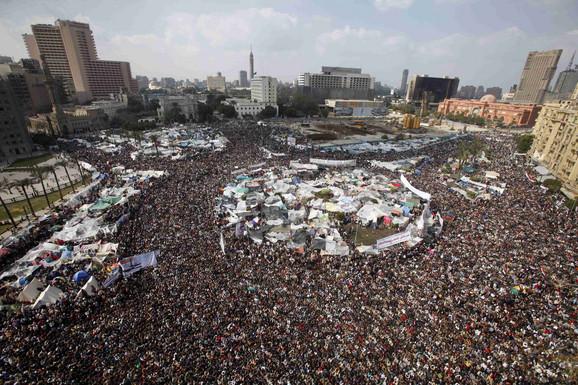 Ne odustaju: Demonstranti se mole na trgu Tahir