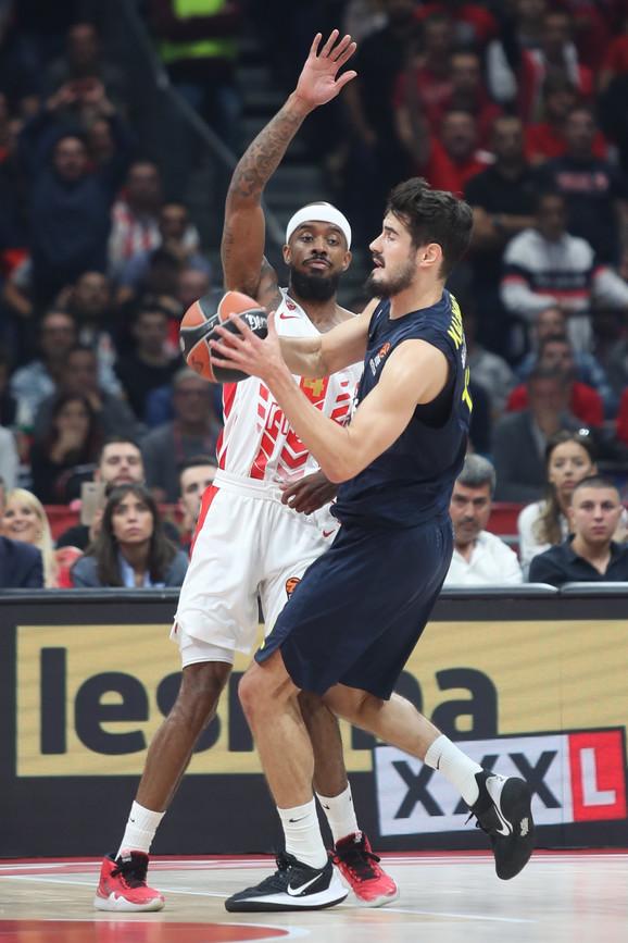 Nikola Kalinić u duelu sa Lorenzom Braunom