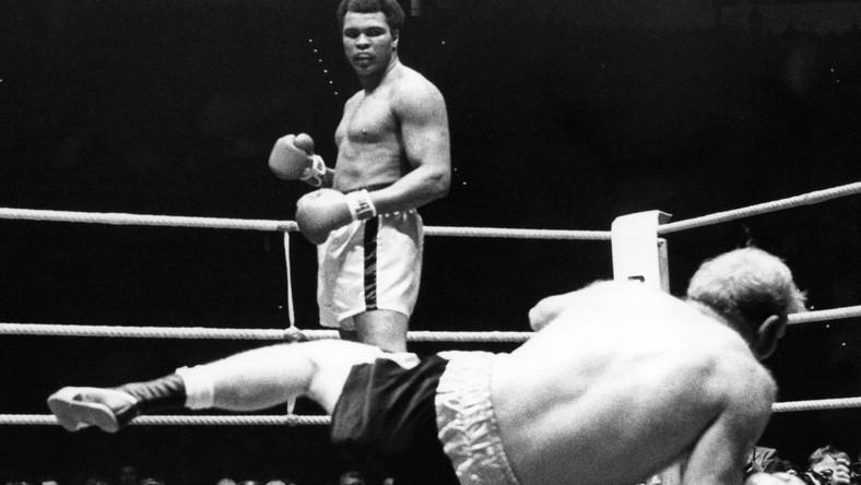 """Był jedną z najbardziej rozpoznawalnych osobistości na całym świecie. Imię Muhammada Alego znają nawet dzieci, które nigdy nie widziały go w ringu. Był sportowcem stulecia. Nie tylko szanowanym, ale i bardzo lubianym. Teraz wszyscy są w żałobie po śmierci """"The Greatest"""" Ali. Osierocił dziewięcioro dzieci. Był czterokrotnie żonaty."""