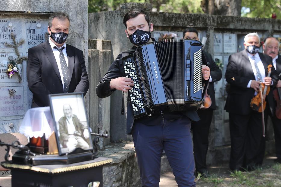 A temetésen Szabó Ádám eljátszotta Szilágyi kedvenc nótáját, az A csitári hegyek alatt című dalt / Fotó: Zsolnai Péter