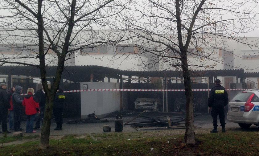 Nocny pożar w Dąbrówce. Spaliły się samochody