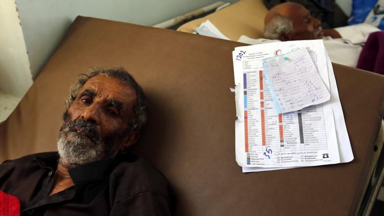 Mężczyzna leży na łóżku w szpitalu w stolicy Jemenu, Sanie