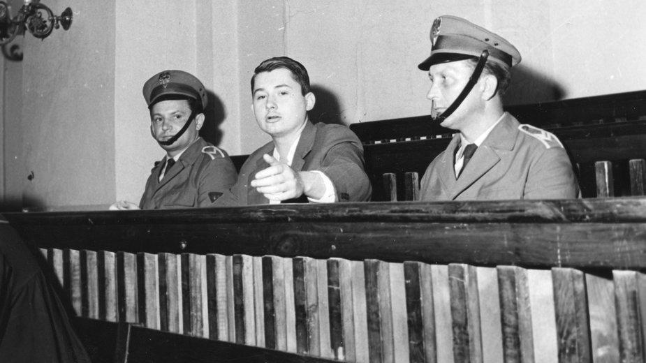 Karol Kot (w środku) na ławie oskarżonych, 1967 r.