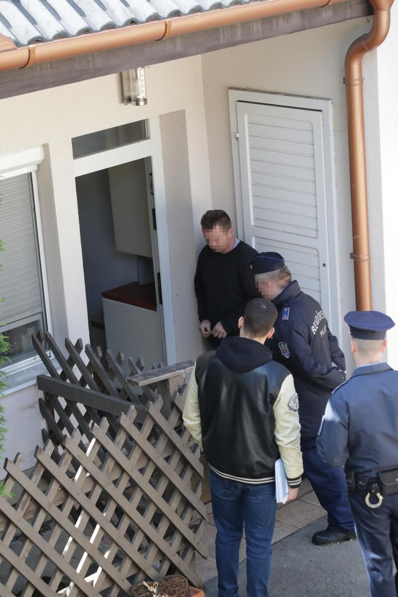 A háznál kedd délelőtt rendőrökkel jelentek meg a végrehajtók, akik fél óra alatt végeztek is a papírmunkával / Fotó: Grnák László