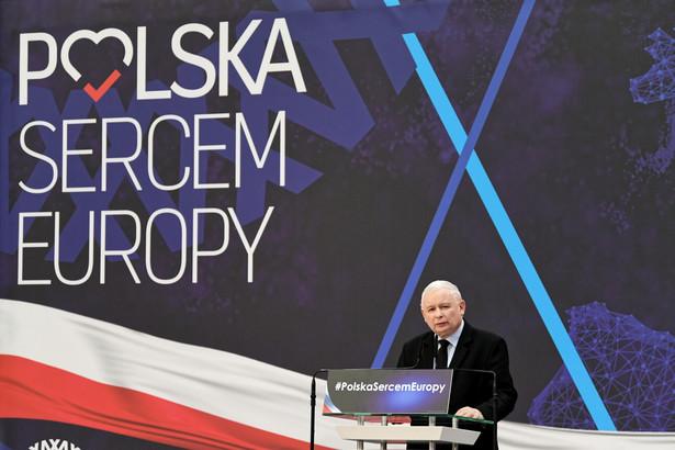 PiS ma święte prawo krytykować PO za niejednoznaczną, oportunistyczną postawę wobec dyrektywy. Ale sposób, w jaki próbuje coś na tym temacie ugrać, jest godny pożałowania. Otóż dowiedzieliśmy się, że najnowszą obietnicą ekipy Jarosława Kaczyńskiego będzie wdrożenie jej przepisów w sposób, który nie będzie naruszał polskiego prawa i nie będzie prowadził do cenzury prewencyjnej.
