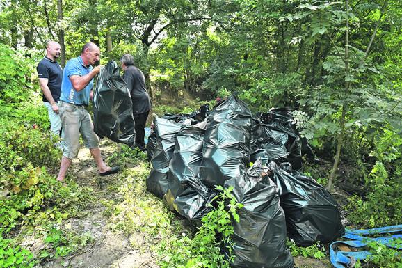 Reka se tri puta izlivala i tri puta plavila selo, a sa sobom je donela ogromne količine otpada