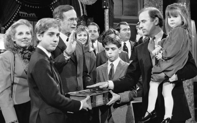 Bo Bajden drži Bibliju dok njegov otac Džozef polaže zakletvu pred američkim predsednikom Džordž Bušem 1985.