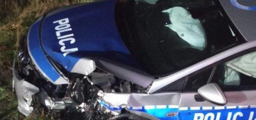 Poważny wypadek z udziałem trzech samochodów. Ranni policjanci i 18-latek