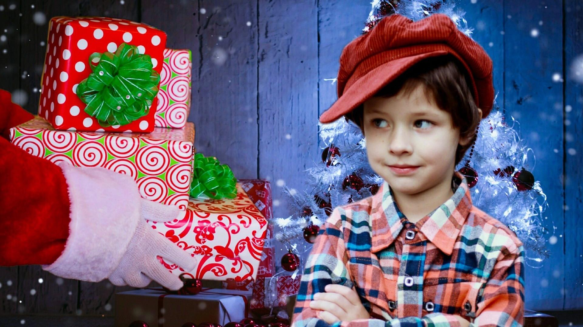 Die Weihnachtsgeschenke.Junge Ruft Polizei Weil Ihm Die Weihnachtsgeschenke Nicht Gefallen