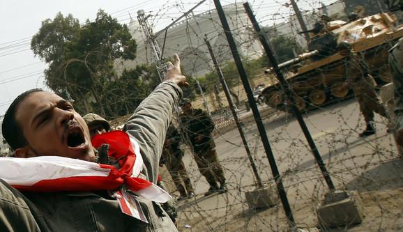 Vojska ispred predsedničke palate