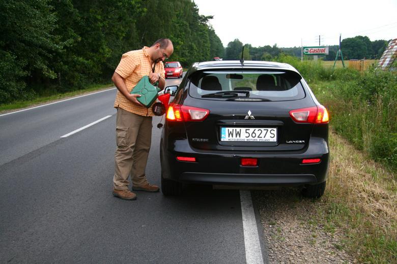 Ile kilometrów przejedziesz na rezerwie? Sprawdziliśmy jak kłamią wskaźniki zasięgu i dlaczego?