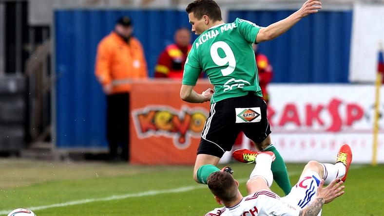 Zawodnik Górnika Zabrze Adam Danch (P) walczy o piłkę z Michałem Makiem z PGE GKS Bełchatów podczas meczu piłkarskiej T-Mobile Ekstraklasy