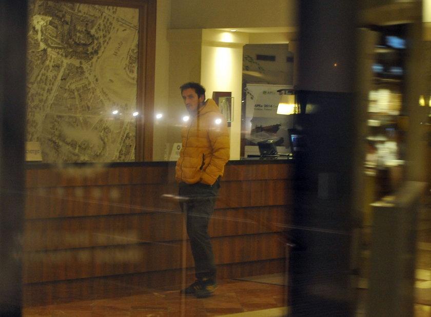 Sebastian Karpiel-Bułecka w żółtej kurtce