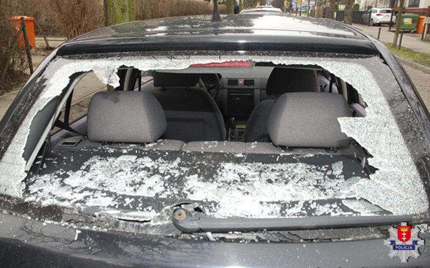 samochody zniszczone przez wandali