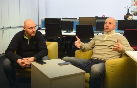 """Igor Butulija u društvu urednika sportske redakcije """"Blica"""" Igora Velimirovića"""