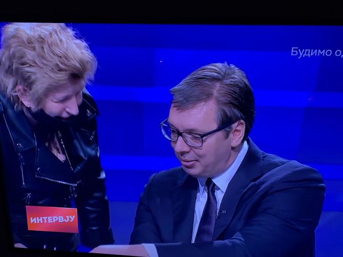 Momenat kada je predsedniku Aleksandru Vučiću u studiju RTS-a prišla žena u rokerskoj jakni