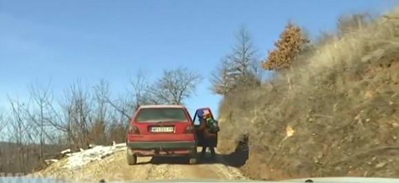 Učitelj svojim autom poveze deo učenika na putu do škole