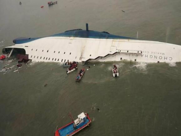 Kang Min-gju je uspeo da se izbavi sa trajekta pre nego što je potonuo, ali ga je osećaj krivice proganjao
