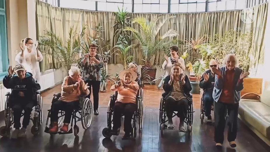 Kilkunastu seniorów zatańczyło w rytm znanego utworu