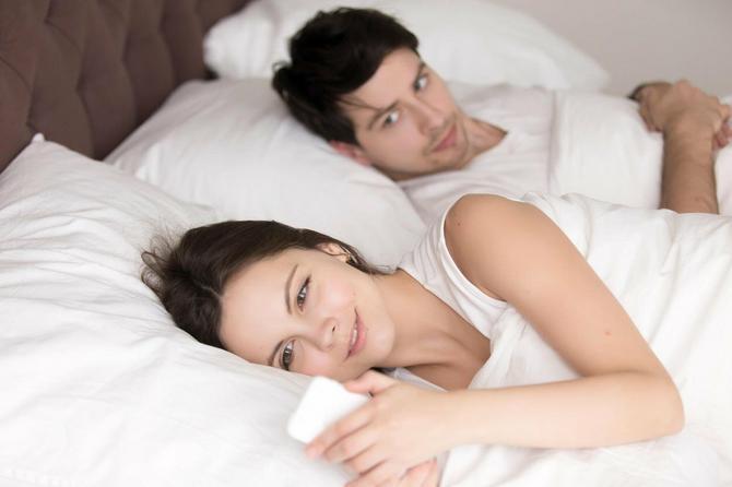 Sa jednim spava, a sa drugim je u vezi