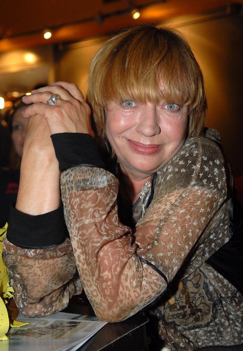 Ewa Szykulska uśmiecha się do zdjęcia