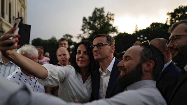 Premier Mateusz Morawiecki podczas spotkania z mieszkańcami przed zamkiem w Pszczynie