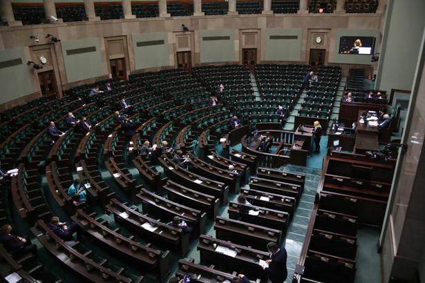 Posłowie podczas posiedzenia Sejmu