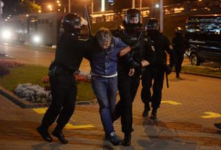 W Mińsku słychać strzały, funkcjonariusze użyli gazu