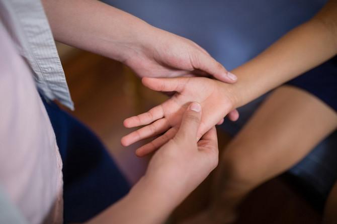 Deca sa ovim sindromom mogu imati groznicu i razne simptome, uključujući bol u stomaku, povraćanje, dijareju, bol u vratu, osip, krvave oči ili osećaj dodatnog umora