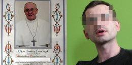 Spryciarz zarabia na błogosławieństwach papieża