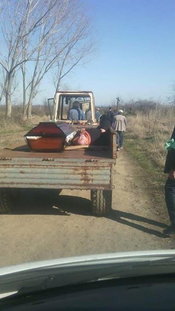 Pijanog popa u nedelju su vozili pored kovčega u prikolici