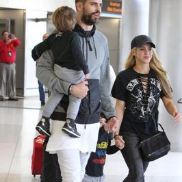 Shakira z mężem i dziećmi na lotnisku. Nawet po podróży wyglądała olśniewająco!