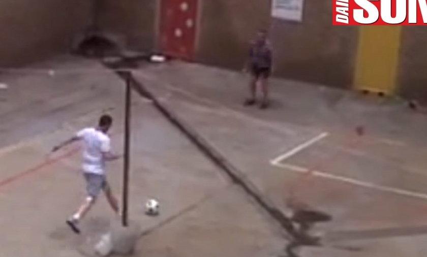 Oscar Pistorius gra w piłkę w więzieniu
