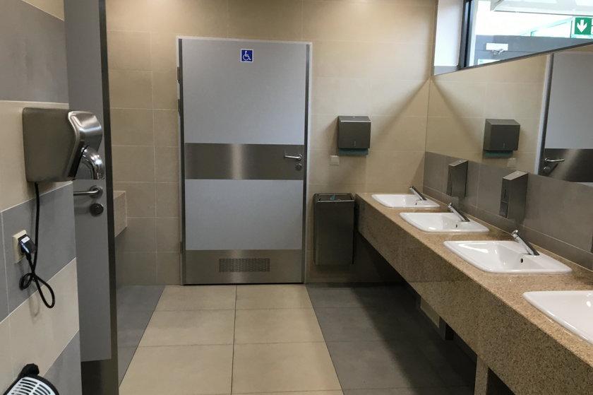 Nowy biznes ojca Rydzyka: marmury nawet w toalecie