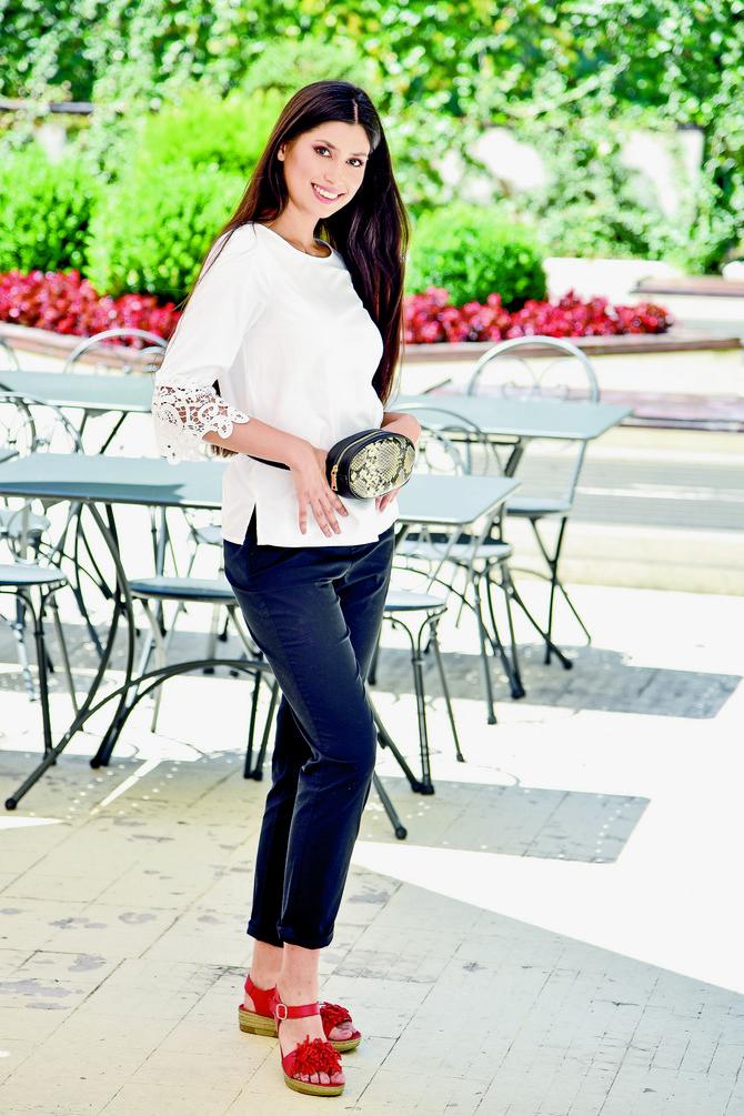 """Moderan detalj rešava stvar                          Bela bluza sve stilove voli, a sa crnim pantalonama je neprevaziđeni klasik. Ova kombinacija je savršena i zato je dovoljno da joj dodate samo jedan trendi detalj da zasija modernim sjajem. Torbica na struku je naš izbor, ali to može da bude i ogrlica od školjki, moderni rajf ili čarape-patike.Bluza """"Oviesse"""", 2.190 din, pantalone C&A, 3.290 din, tašna na struku """"Oviesse"""", 2.290 din, sandale BN BOS, 3.890 din"""