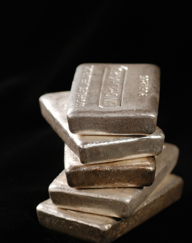 5-kilogramowe sztabki srebra na giełdzie we Frankfurcie nad Menem. Tylko w ciągu ostatniego miesiąca wartość tego metalu wzrosła o 15 proc., a eksperci są przekonani, że jest on wciąż znacznie niedoszacowany