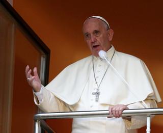Papież w oknie papieskim: Gratuluję nowożeńcom i młodym małżonkom
