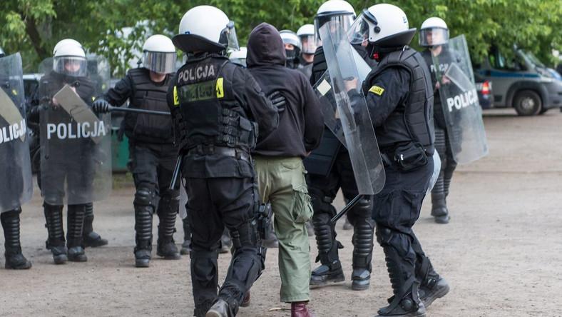 Ubiegłoroczne zamieszki przed komisariatem we Wrocławiu, gdzie zmarł 25-letni Igor