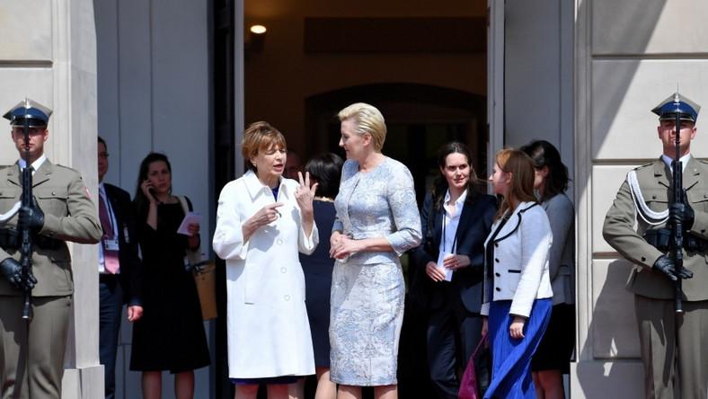 Na dzisiejsze spotkanie z parą prezydencką Niemiec polska prezydentowa wybrała jasnobłękitną żakardową garsonkę, która wprawdzie dobrze leżała, ale...