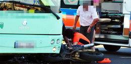 Motocyklista zginął pod autobusem