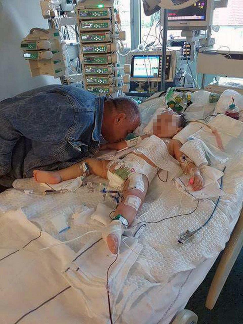 Tata żegna córeczkę w szpitalu
