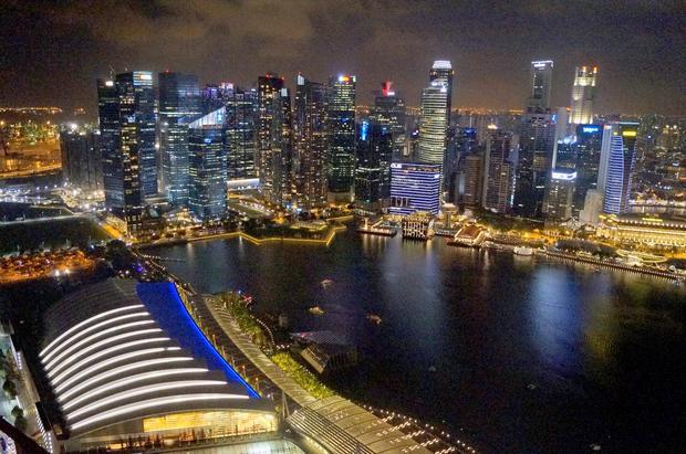 Centrum Singapuru nocą. Miasto zaprojektowane przez polskiego architekta