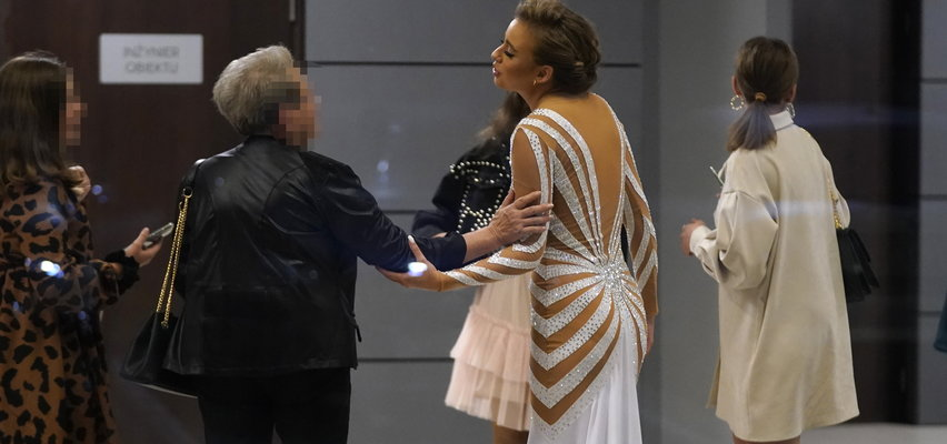 """Urocze zachowanie Oliwii Bieniuk po """"TzG"""". Szybko wyszła do fanów rozdawać autografy. Uwagę zwraca jeden szczegół [ZDJĘCIA]"""